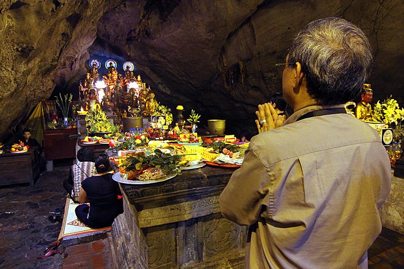 betender-mann-perfume-pagoda