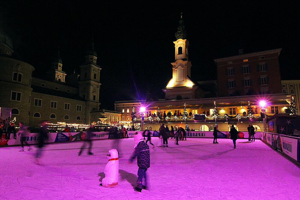 weihnachtsliches-eislaufen-am-salzburger-mozartplatz